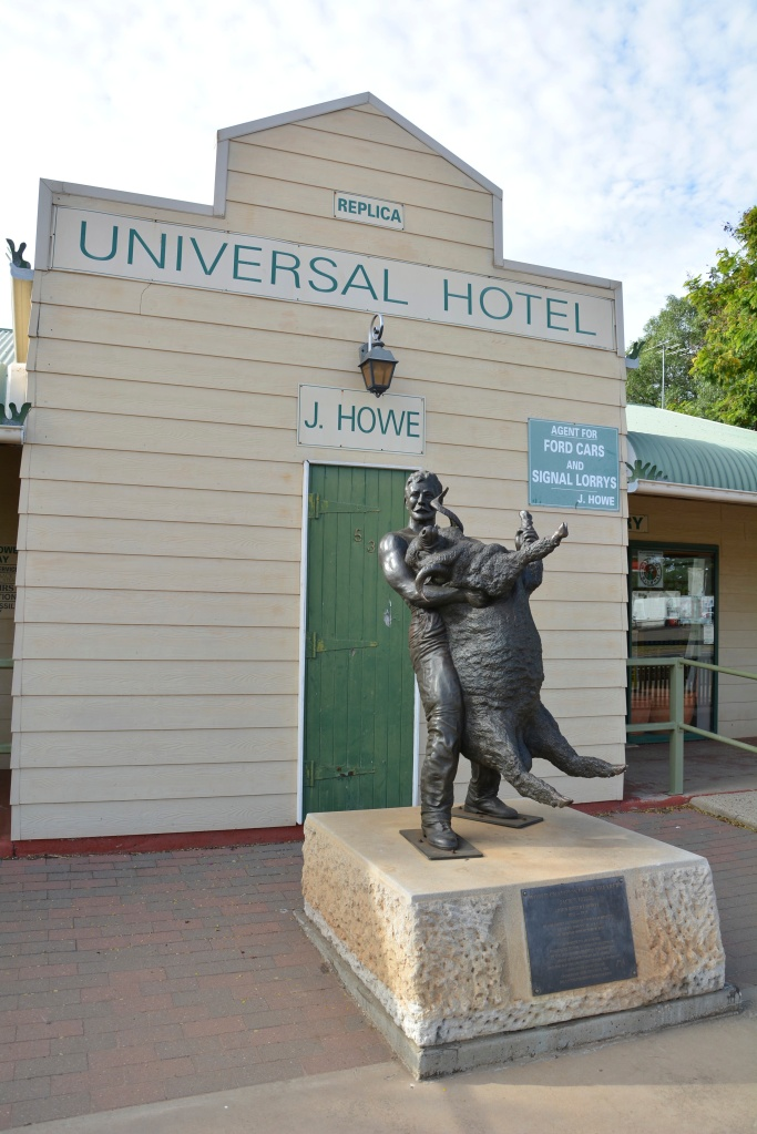 Jack Howe statue in Blackall