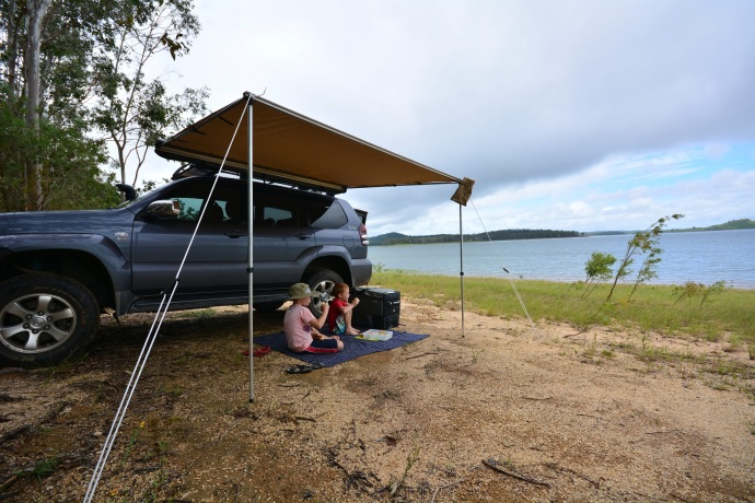 Lunchtime picnic on the edge of Lake Tinaroo